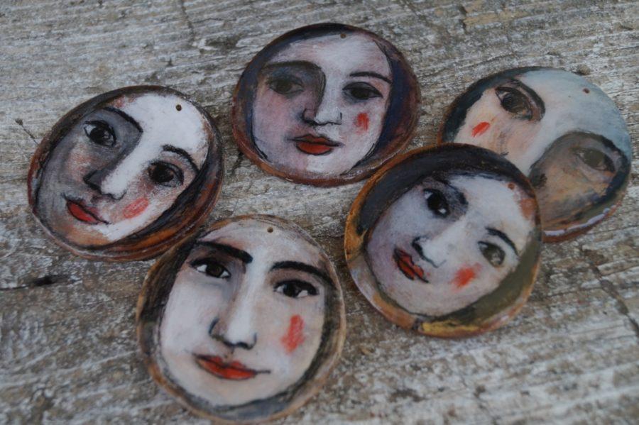 ciondoli-legno con volti dipinti a mano