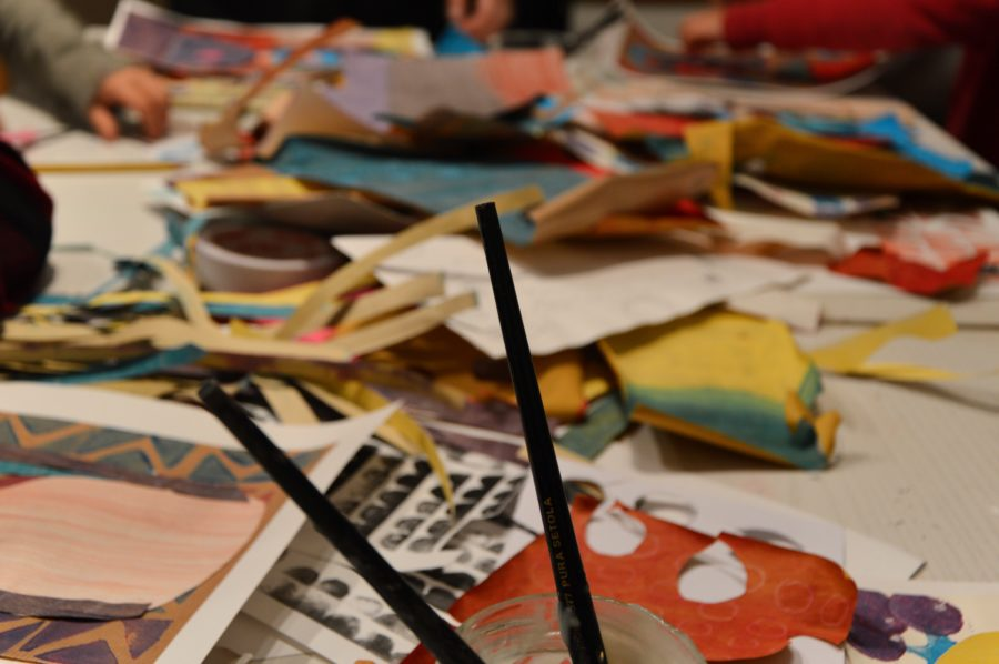 il-tavolo-con-la-carta-per-il-collage-durante-il-laboratorio-artistico-per-bambini