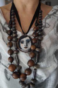 ciondolo-legno-con-volto-di-donna-dipinto-a-mano