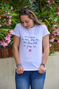 tshirt-indossata-ragazza-maglietta
