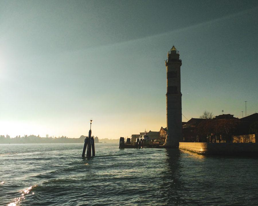 vista-dal-vaporetto-con-il-Faro-di-Murano-e-la-laguna-di-Venezia