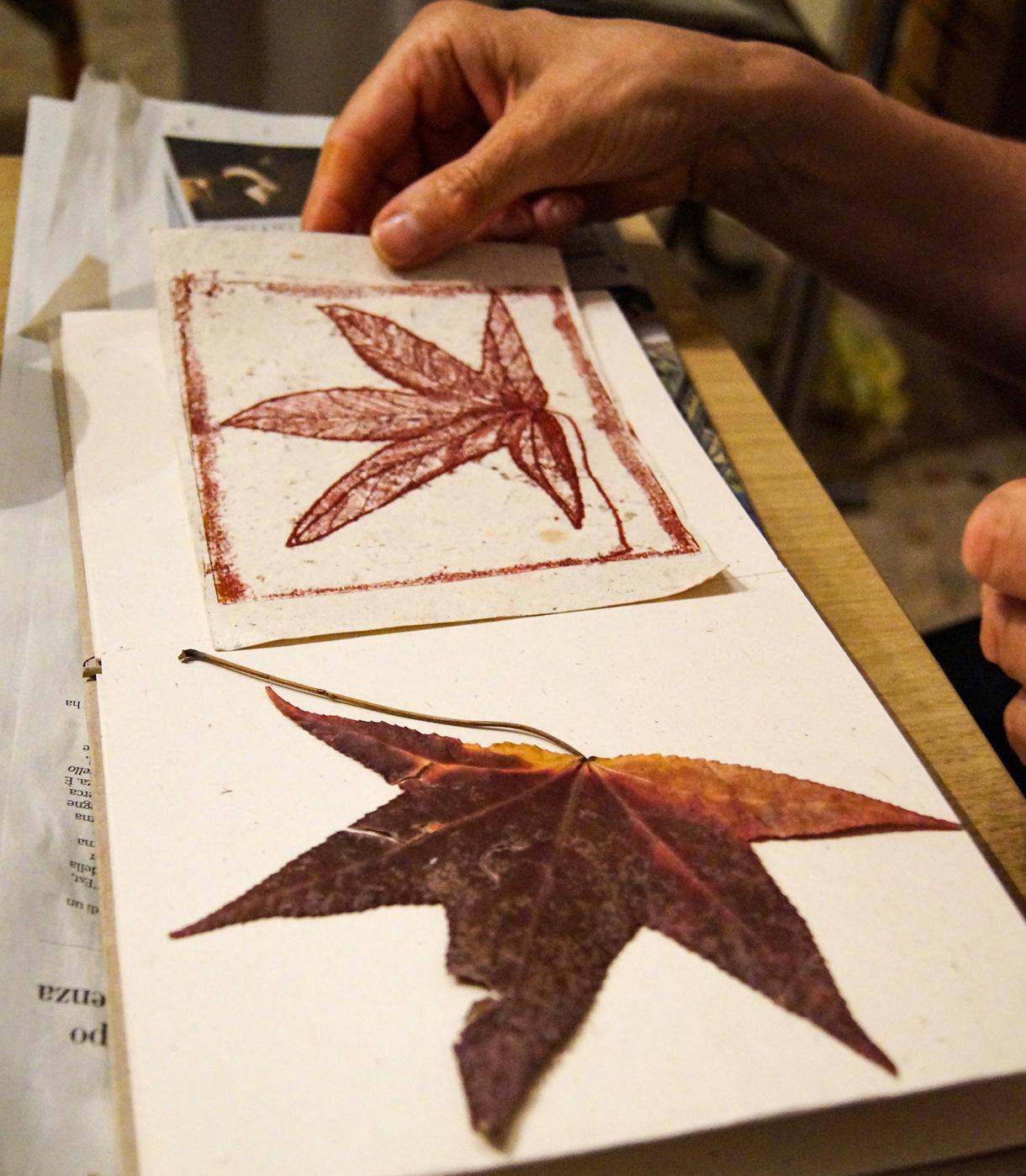 piccolo-libro-di-artista-con-piccola-stampa -e-foglia-di-acero-rosso-secca